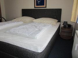 Schlafzimmer mit Boxspringbett (1,80mx2,00m mit durchgehender Matratze)