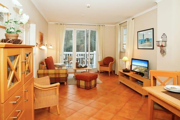 Das Wohnzimmer wird durch einen Balkon, der sich über die ganze Front erstreckt, und auch vom Schlafzimmer zu begehen ist, sonnig erweitert.