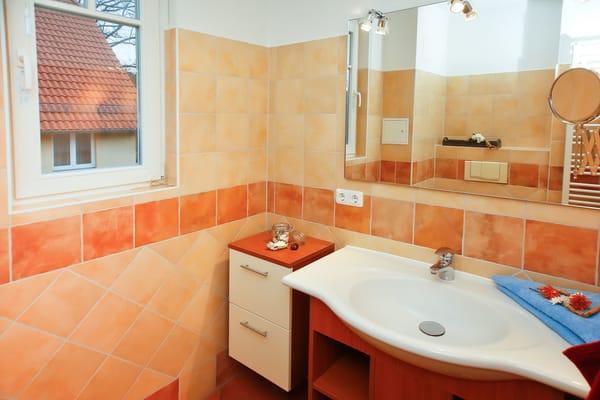 Im Bad mit großzügiger Dusche befindet sich außer dem Fenster genügend Haken und Abstellfläche für Ihre persönlichen Utensilien.