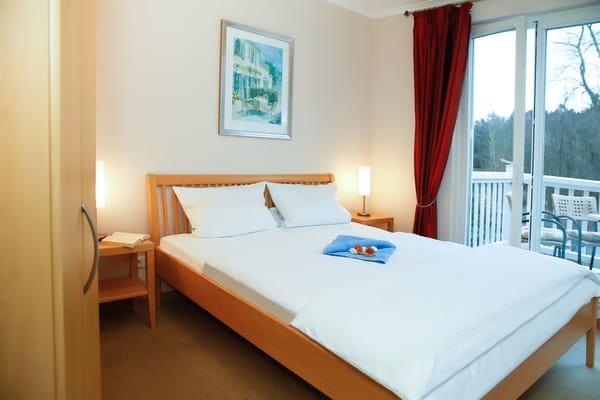 Schlafzimmer mit Balkon, Doppelbett 160er Breite zur Südseite.