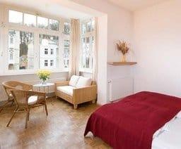 Das Appartement  D 101 Typ 301 verfügt über zwei Zimmer und  eine separate Küche mit Essplatz. Alle Räume gehen von einem  kleinen Flur ab.