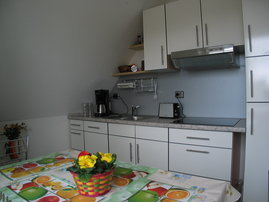 Küche mit Mikrowelle und Spülmaschine