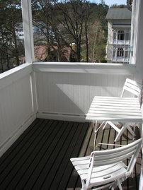 Vom überdachten Balkon können Sie einen erhabenen Blick zur Wilhelmstraße genießen.