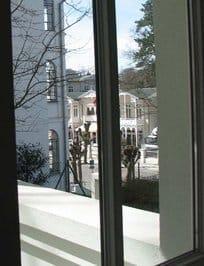 Das Appartement D103 Typ D303 liegt im 1. Stock. Vom Balkon blicken Sie auf die historischen Häuser.