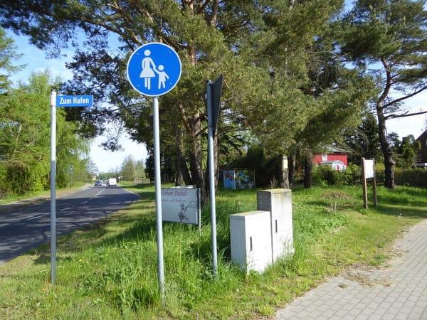 Das Rote Haus am Weg zum Hafen und an der L21 zur Halbinsel Fischland-Darß-Zingst.