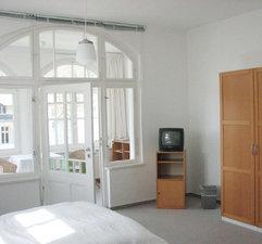 Die 1 Zi.-FW hat einen separaten Wintergarten mit Sitzecke. Im Hauptraum gibt es auch einen Schreibtisch.