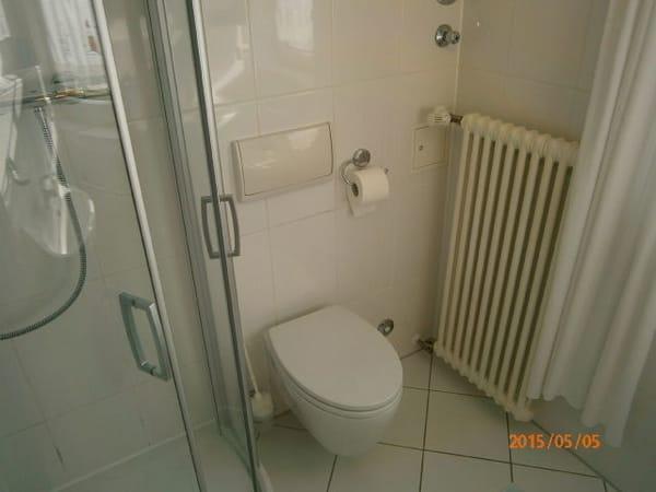 Bad mit  Wand WC, Viertelkreisdusche und Waschtisch