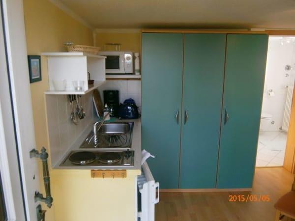 Geräümiger Schrank aufgeteilt in Geschirr-,und Kleiderschrank