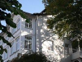 Unser restauriertes DÜNENHAUS bietet elegante Ferienwohnungen mit ein bis drei Zimmern. Es liegt mitten in einem Ensemble historischer Villen.
