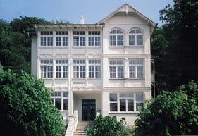 Unser DÜNENHAUS bietet elegante Ferienwohnungen mit   ein bis drei Zimmern. Es liegt in der Allee zum Strand  mit der Seebrücke mitten in einem Ensemble historischer Villen.