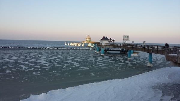 Die Ostsee mit Seebrücke im Winter