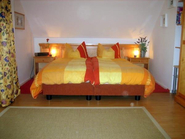 Schlafbereich mit neuem hohem Bett und Gesundheitsmatratze