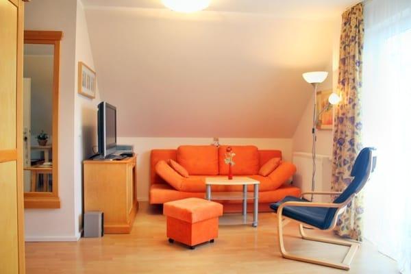 Wohnzimmer  mit großer Schlafcouch und großem Flachbildfernseher