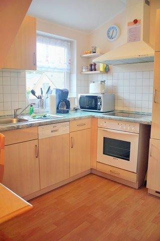 Küche mit Geschirrspüler, Kühlschrank, Backofen , Kaffee- und Espressomaschine und allen Extras