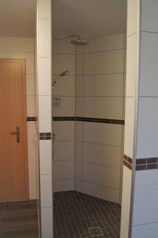 Großzügiger Duschbereich im modernen im OG