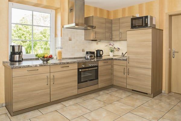 Vollausgestattete Küche mit Backofen, Geschrirrspüler, Kühlschrank und Mircrowelle