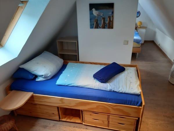 Einzelbett mit Ablagen
