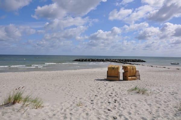 Am Schönberger-Strand erwarten Sie 2 priv.Strandkörbe.Feiner Sand zum Spielen und es geht flach ins Wasser hinein