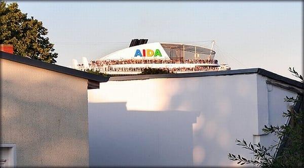 Manchmal grüßt dann über die Dächer ein Kreuzfahrtschiff herüber...