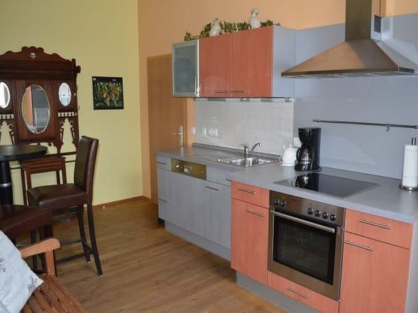 komplett ausgestattete Küche mit Kühlschrank, Gefrierfach, Backofen, Geschirrspüler, Toaster, Wasserkocher, Kaffeemaschine