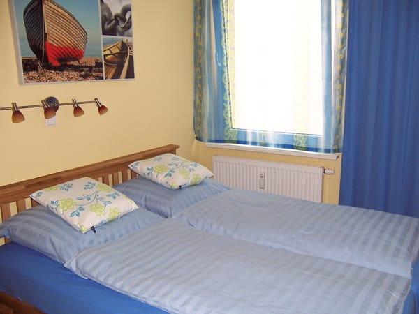 Schlafzimmer mit Doppelbett (Liegemaße: 200 cm Länge x 160 cm Breite)