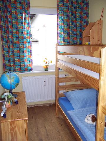 Schlafzimmer mit Etagenbett (Liegemaße: 200 cm Länge x 90 cm Breite)