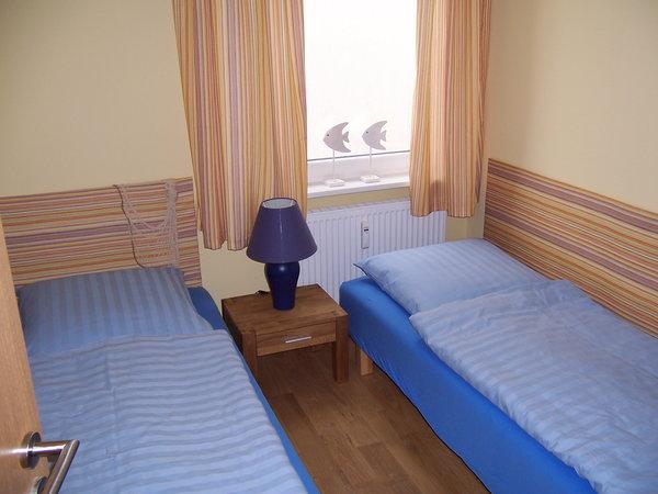 Schlafzimmer mit zwei Liegen (Liegemaße: 200 cm Länge x 90 cm Breite)