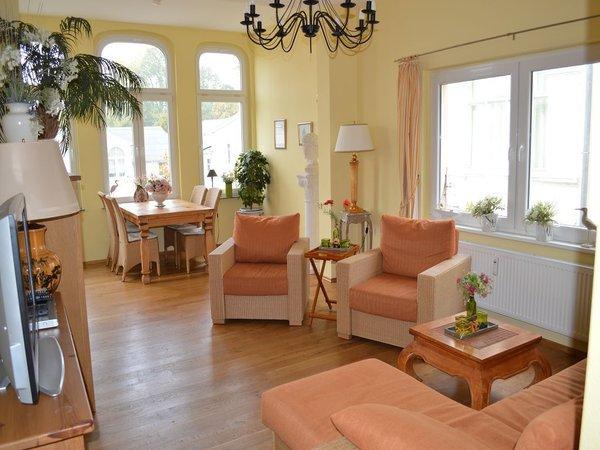 Wohnzimmer mit Schlafcouch (max. 2 Personen) und gemütlichem Essbereich im Erker
