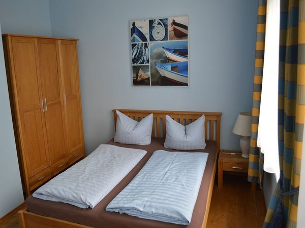 Schlafzimmer mit Doppelbett (160 cm x 200 cm) sowie einer ausziehbaren Schlafcouch für max. 2 Personen