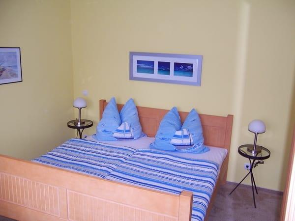 Schlafzimmer mit Doppelbett (Liegemaße: 180 cm breit und 200 cm lang) und einem großen Kleiderschrank