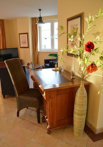 Die Wohnung wurde mit hochwertigem Marmor verlegt.