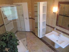 Marmor-Badezimmer mit WC und Dusche