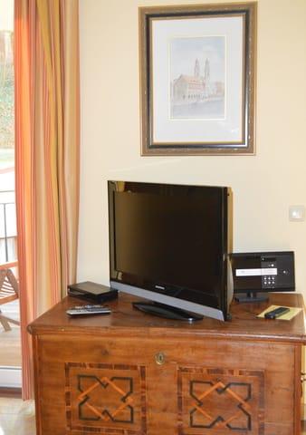 großer Flachbildfernseher