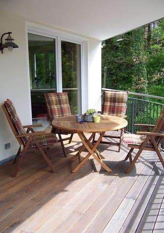 Gartenmöbel auf dem großen Balkon der Ferienwohnung.