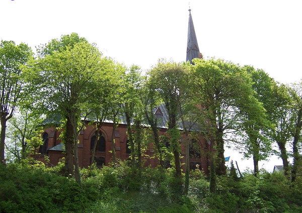 Vom Balkon aus hat man den Blick auf den begrünten Kirchberg und der Zinnowitzer Kirche.