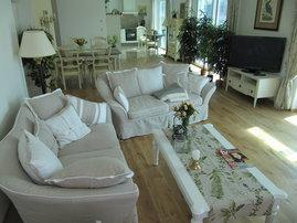 gemütliche Sitzecke mit Blick auf Eßtisch und Küche