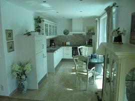große Küche mit Geschirrspüler, E-Herd, Kühlschrank und Gefrierfach