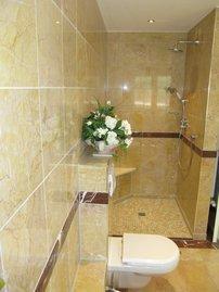 und großzügiger Dusche