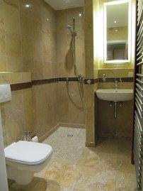 Mamor-Badezimmer mit Dusche und WC