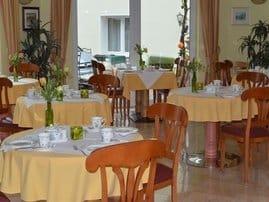 In unserem hellen Frühstücksraum laden wir Sie herzlichst zur ersten Malzeit des Tages ein.