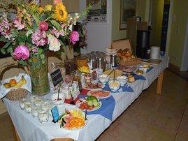 Wir bieten unseren Gästen Frühstück vom reichhaltigen Buffet. Auch unsere Gäste der Ferienwohnungen können diesen Service zubuchen.