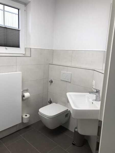 Bad Blick zum Waschbecken und Toilette