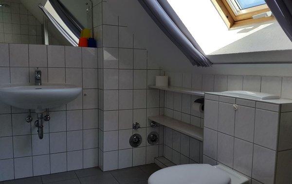Bad Blick von der Dusche zum Waschbecken, WC