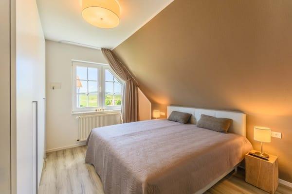 Schlafzimmer mit komfortablen Boxsprinbetten