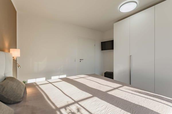 Großer Kleiderschrank und separater LED-TV