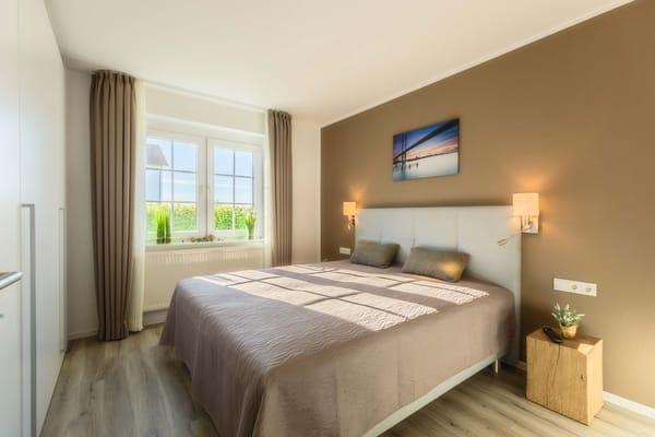 Schlafzimmer mit komfortablen Boxspringbetten