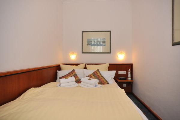 Das kuschelige Schlafzimmer mit einem französischen Bett in den Maßen 1,40m x 2,00m