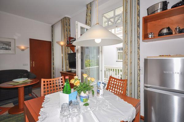 Blick von der Küchenzeile Richtung Essbereich, Balkon und Wohnzimmer