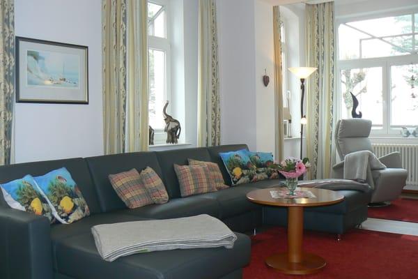 Das hochwertige Leder-Sofa in Form einer großzügigen Wohnlandschaft erfüllt sowohl den Anspruch an behaglichen Sitzkomfort als auch an eine vollwertige Schlaffunktion