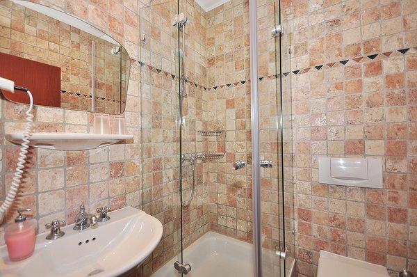 Badezimmer 2 in Antikmarmor mit Dusche und Zugang vom Flur